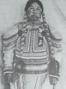 женщина племени айвилик в традиционном наряде