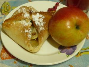 слоёный конвертик с яблоками